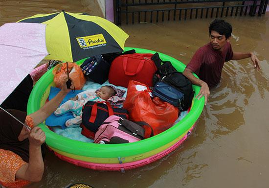 62191-إجلاء-طفل-بواسطة-فريق-إنقاذ-باستخدام-قارب-قابل-للنفخ