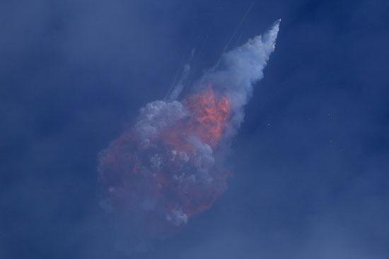 اللهب يخرج عقب تدمير الصاروخ