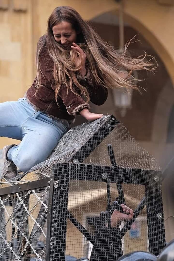 قوات الأمن اللبنانية تدفع فتاة من أعلى سياج سلك