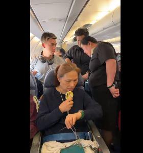 طاقم الطائرة والركاب يحاولون مساعدته