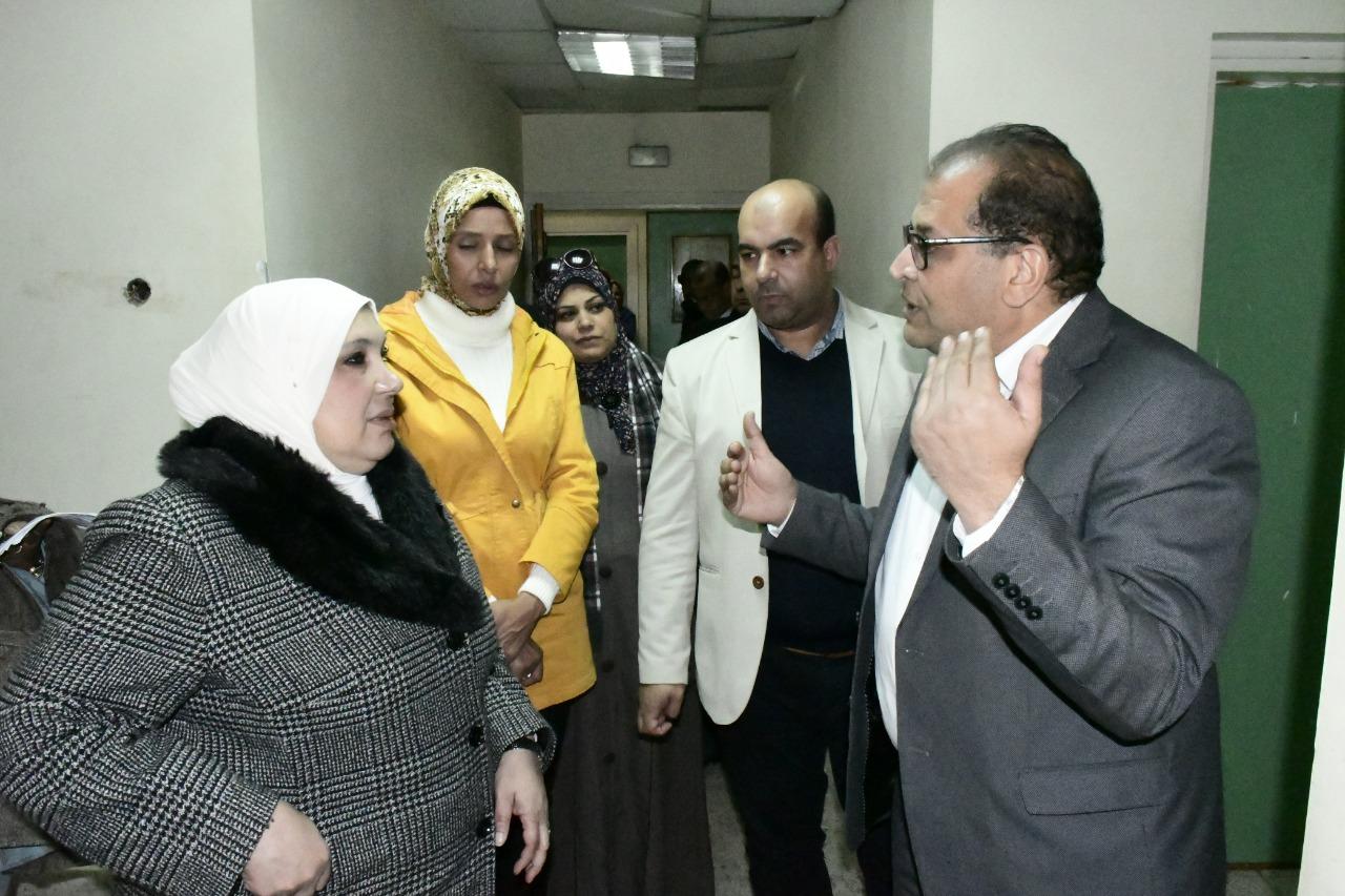 2-الدكتورة ماجدة تتقى بالمسئولين بالمستشفى