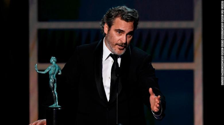 خواكين فينيكس يفوز بجائزة SAG عن أفضل ممثل