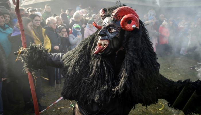 الشيطان والموت في احتفالات فولكلورية ببولندا