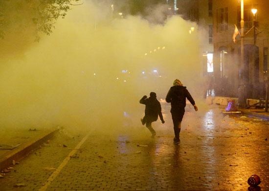 اطلاق الغاز لتفريق المتظاهرين