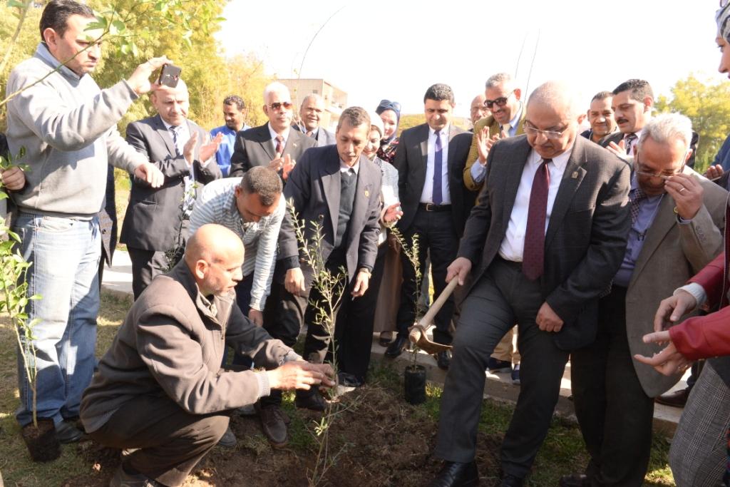 رئيس جامعة أسيوط يدعو طلاب الجامعة للمشاركة  في مبادرة هنجملها لغرس الأشجار المثمرة (9)