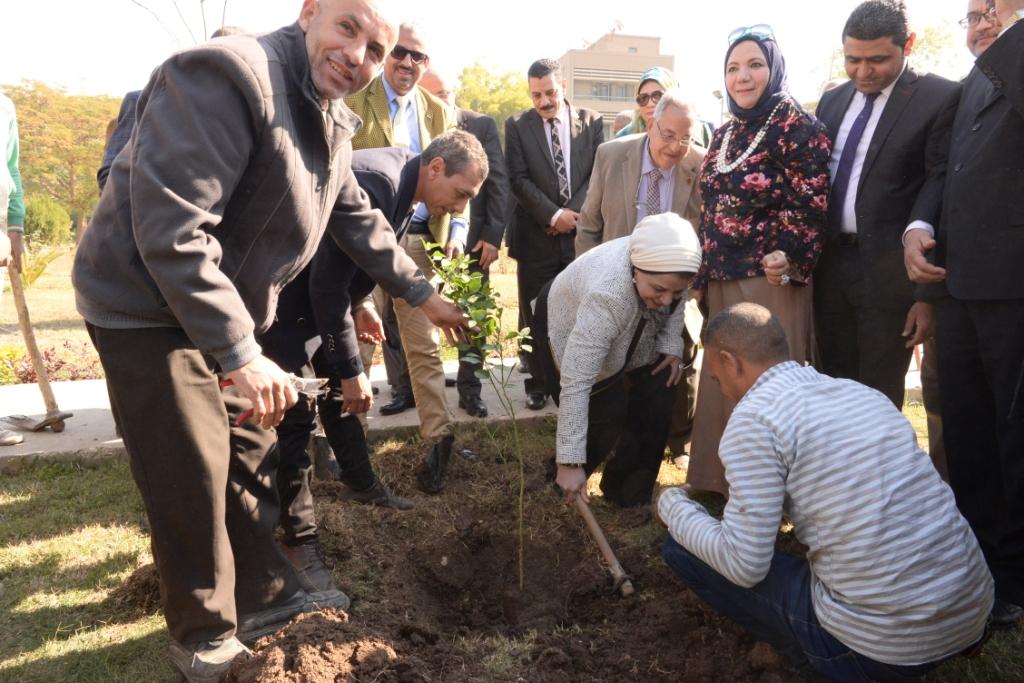 رئيس جامعة أسيوط يدعو طلاب الجامعة للمشاركة  في مبادرة هنجملها لغرس الأشجار المثمرة (13)