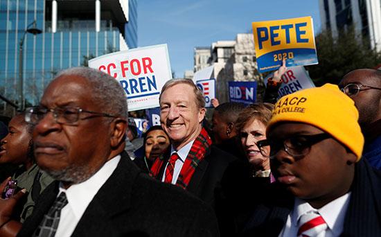 المرشح الديمقراطي للرئاسة الأمريكية توم شتاير يحضر موكب مارتن لوثر كينغ جونيور