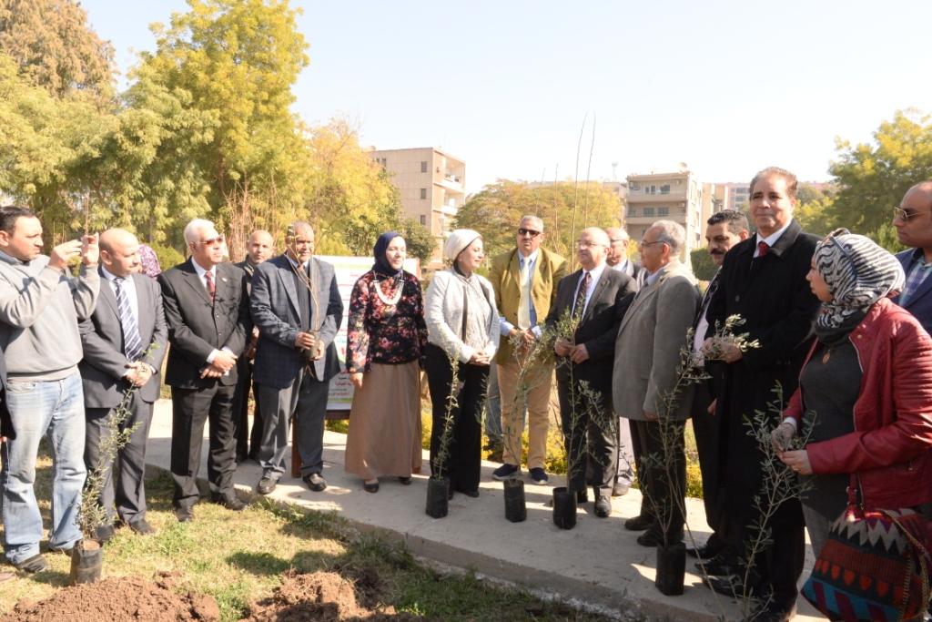 رئيس جامعة أسيوط يدعو طلاب الجامعة للمشاركة  في مبادرة هنجملها لغرس الأشجار المثمرة (5)