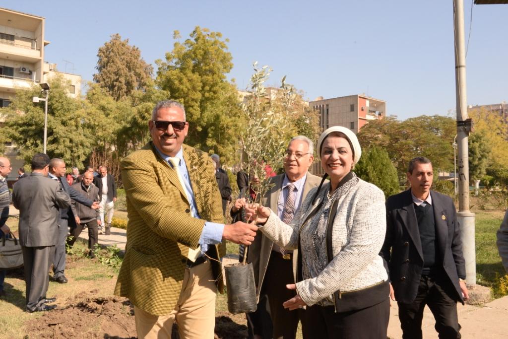 رئيس جامعة أسيوط يدعو طلاب الجامعة للمشاركة  في مبادرة هنجملها لغرس الأشجار المثمرة (18)