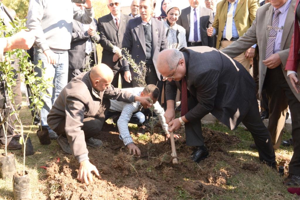 رئيس جامعة أسيوط يدعو طلاب الجامعة للمشاركة  في مبادرة هنجملها لغرس الأشجار المثمرة (12)