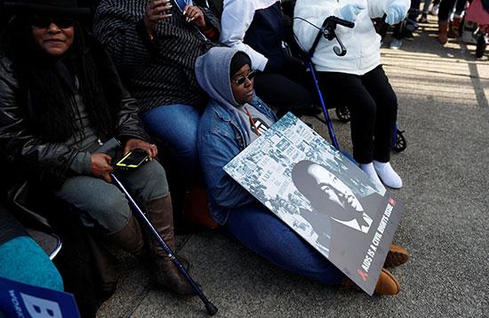 فتاة من كولومبيا تحمل لافتة خلال احتفالات يوم مارتن لوثر كنغ جونيور