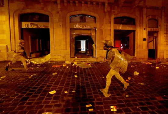 قوات الأمن تفرق المتظاهرين