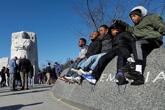 فتيان يلعبون بجانب مارتن لوثر كنج جونيور ميموريال في واشنطن