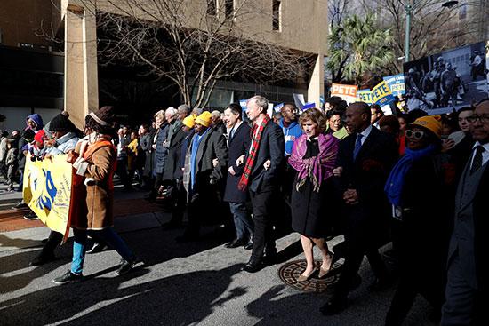 سبعة من المرشحين الديمقراطيين للرئاسة الأمريكية يسيرون اثناء يوم مارتن لوثر