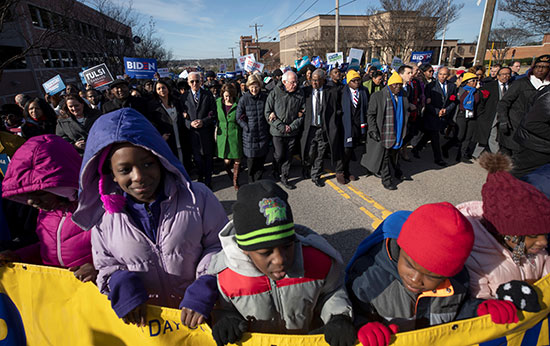 المرشحون الديمقراطيون للرئاسة الأمريكية يحضرون يوم MLK في كولومبيا