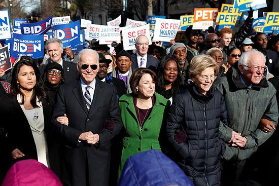 المرشحون الديمقراطيون لرئاسة أمريكا 2020 يسيرون جنباً إلى جنب مع القادة الأميركيين من أصول إفريقية خلال موكب مارتن لوثر غى كولومبيا