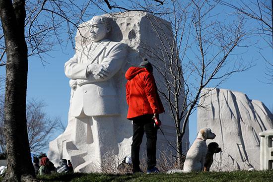 الناس يزورون تمثال مارتن لوثر كنج جونيور ميموريال في واشنطن