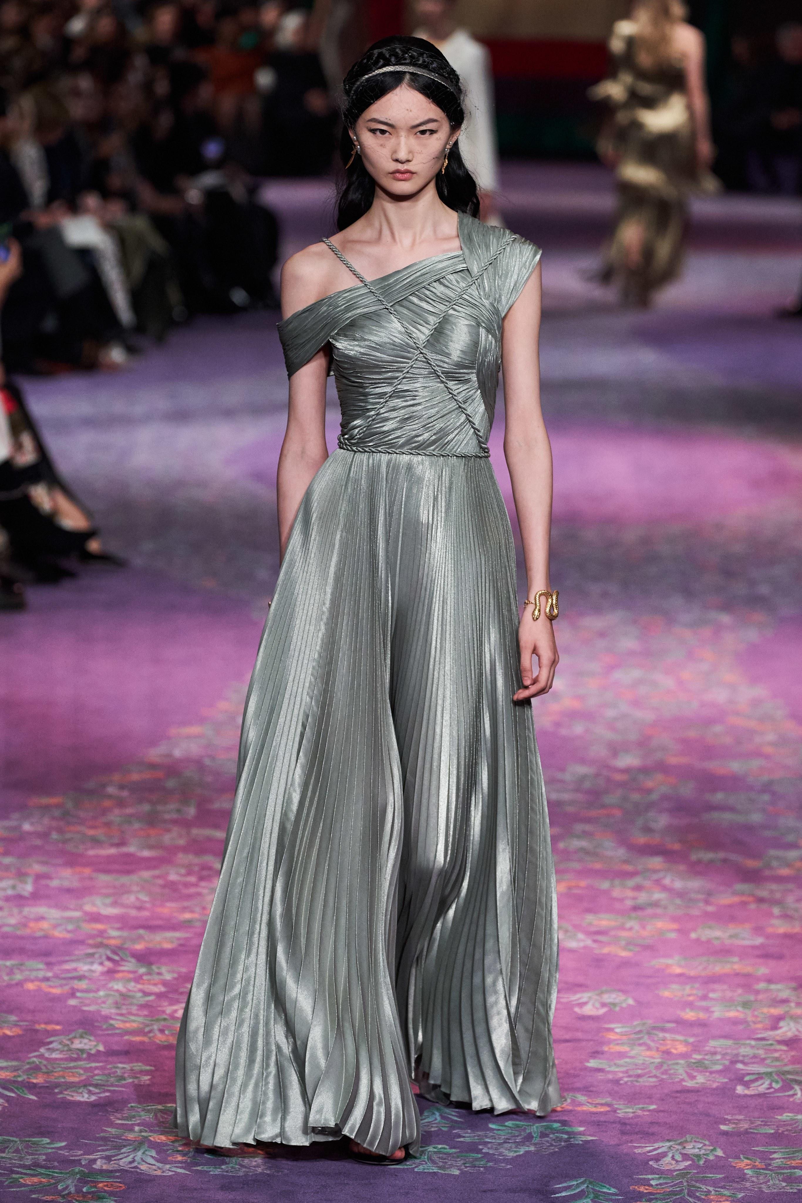 فستان من ديور في العرض الأخيربباريس