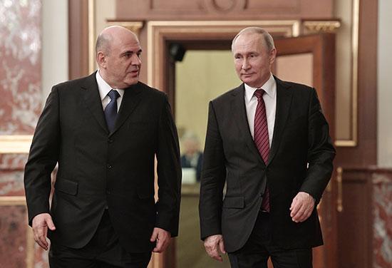 الرئيس الروسي فلاديمير بوتين ورئيس الوزراء ميخائيل ميشوستن يصلان لعقد اجتماع مع أعضاء الحكومة الجديدة