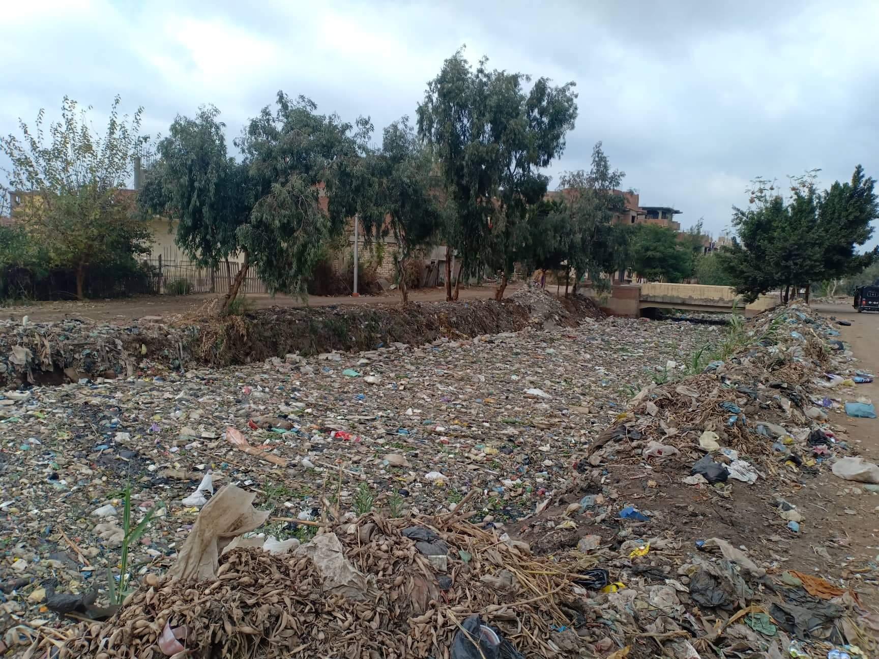 أهالى قرى ملامس بالشرقية يطالبون بتطهير الترعة من القاذورات (4)