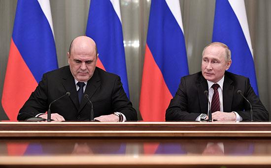 الرئيس الروسي فلاديمير بوتين ورئيس الوزراء ميخائيل ميشوستن يلتقيان بأعضاء الحكومة الجديدة