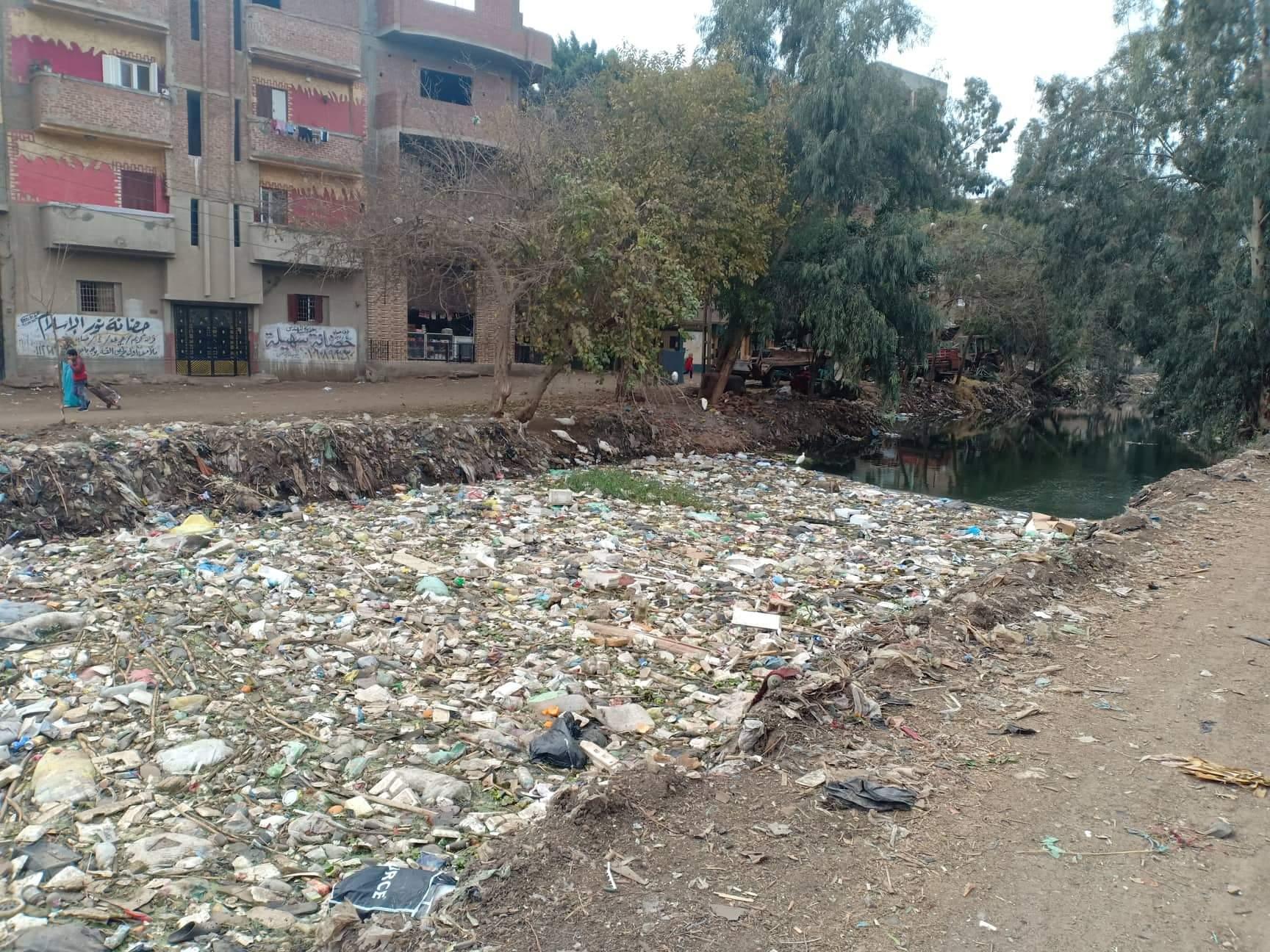 أهالى قرى ملامس بالشرقية يطالبون بتطهير الترعة من القاذورات (1)