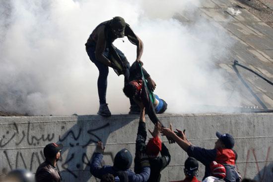 المتظاهرون-يحملون-مصاب