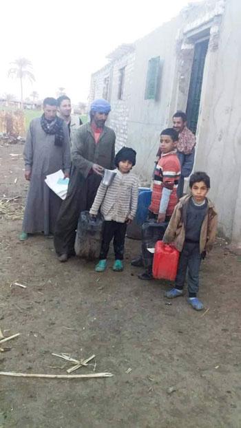 الأطفال-يحملون-جراكن-المياه