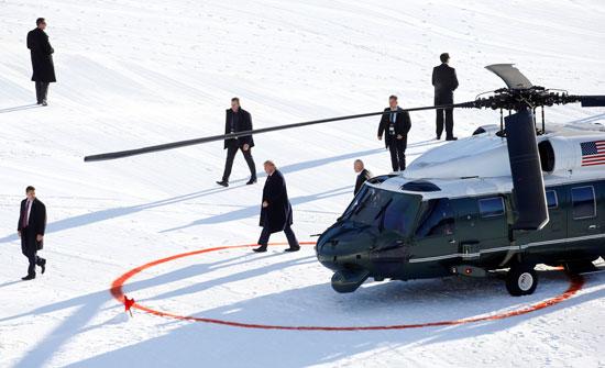ترامب-لحظة-نزوله-من-الطائرة-الرئاسية