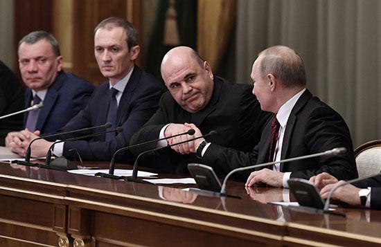 الرئيس بوتين يصافح رئيس الحكومة الجديدة ميشوستن