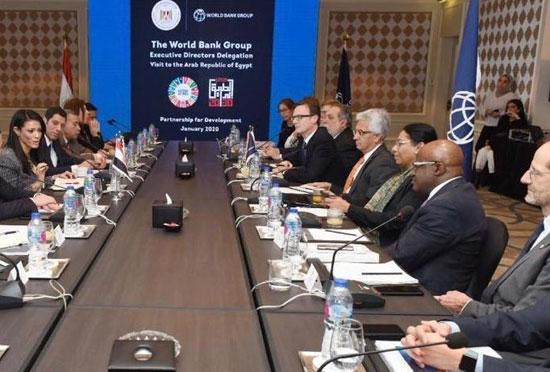 وزيرة التعاون الدولى تنشر صورا للقاء السيسى بوفد المديرين التنفيذيين للبنك الدولى  (1)