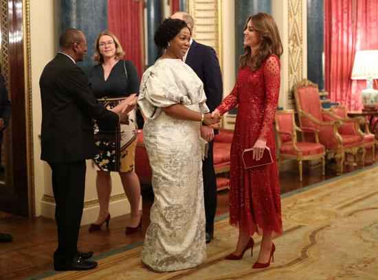 الأمير البريطاني وليام وكاثرين يتحدثان إلى أحد الضيوف في حفل استقبال في قصر باكنجهام بمناسبة قمة الاستثمار البريطانية والأفريقية (2)