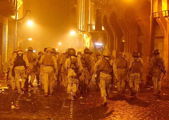 قوات الامن اللبنانية تحاول فض المظاهرات المستمرة منذ قرابة 90 يوم
