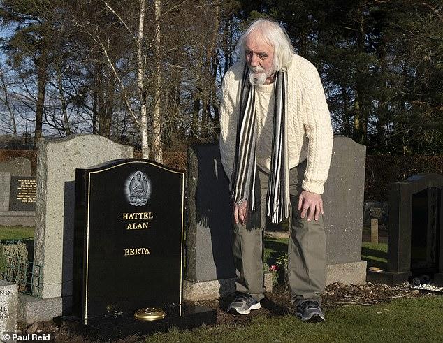 طليقته بنيت له قبرا.. عجوز يكتشف سبب غياب أصدقاءه عنه (2)