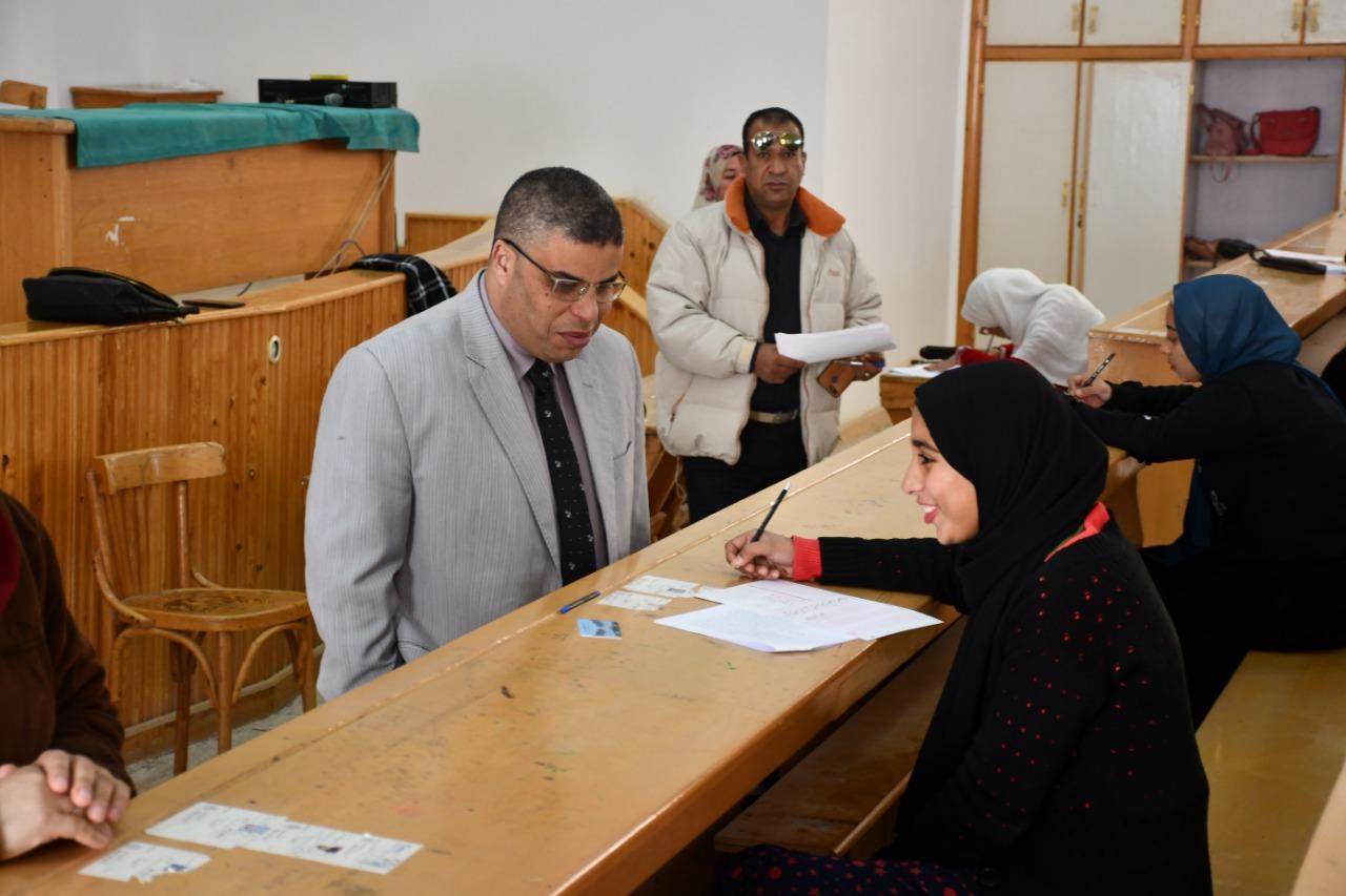 4- نائب رئيس الجامعة يتفقد اللجان