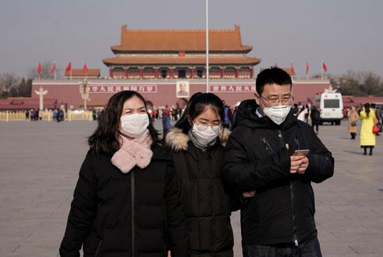 بالكمامة..-مواطنون-بالساحة-الرئيسية-فى-العاصمة-بكين