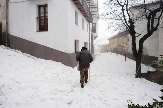 الثلوج تغطى الشوارع