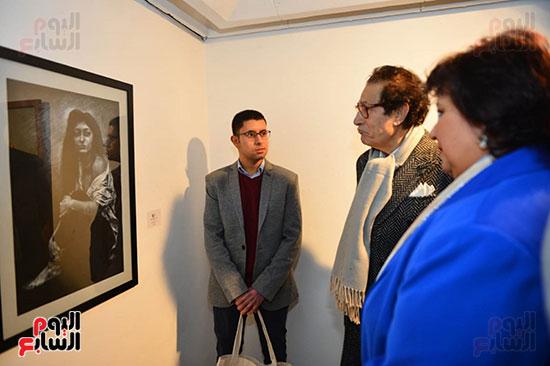 الدكتورة إيناس عبد الدايم والفنان فاروق حسنى خلال افتتاح معرض المشاركين بالحفل (2)