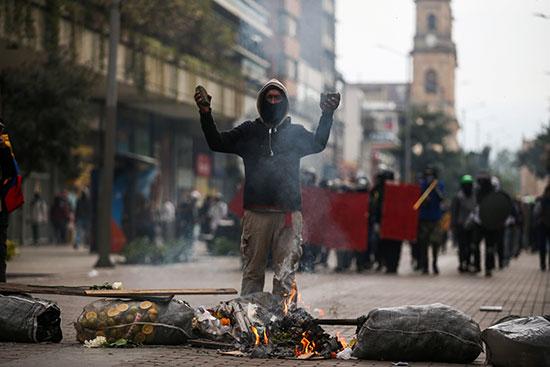 أحد المحتجين على الحكومه فى كولومبيا