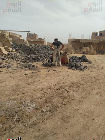 العمال-يشرفون-على-عمل-الأطفال
