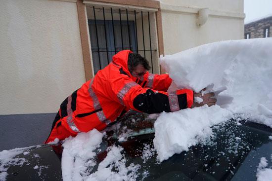 إزالة الثلوج من أعلى السيارات