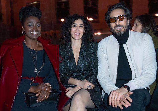 الممثلون عيسى مايغا ونايدرا عيادي وفنسنت الباز في عرض أزياء أزارو