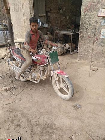 أحد-الأطفال-يستقل-دراجة-لإنجاز-إحدى-المهام