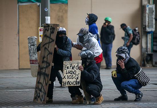 المحتجون يواجهون الشرطة