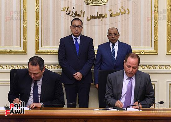 رئيس الوزراء يشهد توقيع الاتفاقية (3)