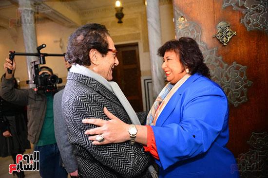 الدكتورة إيناس عبد الدايم والفنان فاروق حسنى خلال الحفل (1)