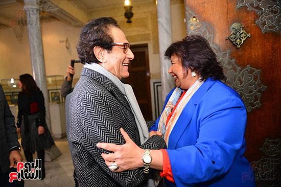 الدكتورة إيناس عبد الدايم والفنان فاروق حسنى خلال الحفل (2)
