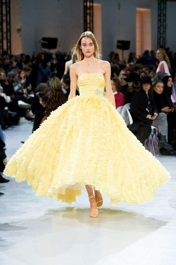 فستان منفوش باللون الأصفر الفاتح