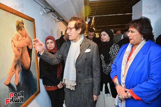 الدكتورة إيناس عبد الدايم والفنان فاروق حسنى خلال افتتاح معرض المشاركين بالحفل (1)