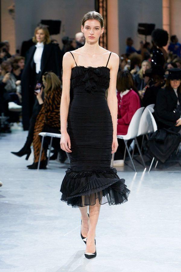 فستان أسود بسيط